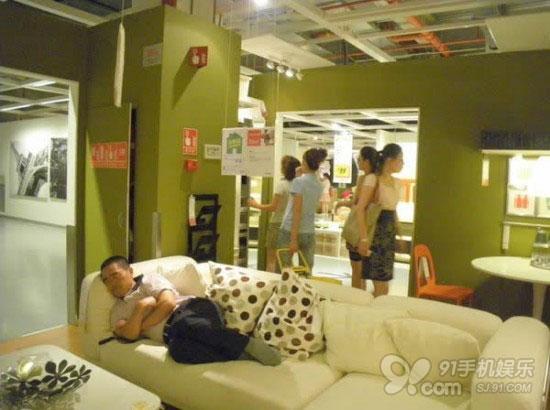 国内观光:在宜家商场睡觉的人